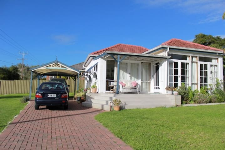 SEACLIFF COTTAGE with free WIFI