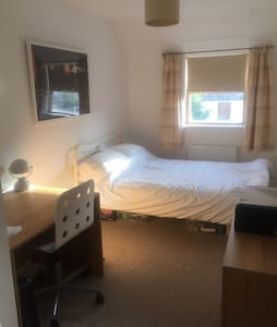 Cosy 2 bed & parking middle of town - Basingstoke