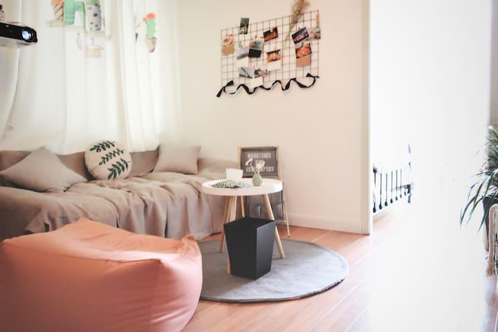 温馨舒适的沙发,窝在上面看电影棒棒哒