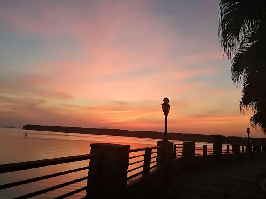 海边栈道黄昏,放松的漫步