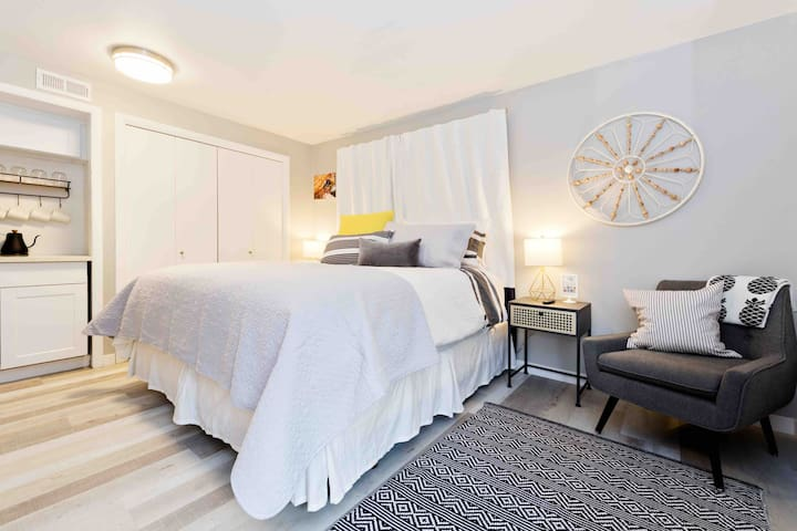 #StayinMyDistrict Hyde Park Hip & Modern King Studio Suite. Room to spread out in the  King bed or enjoy a book while lounging in the comfortable chair. Efficient use of space makes the suite feel spacious and open. #bookdirect #stayinmydistrict