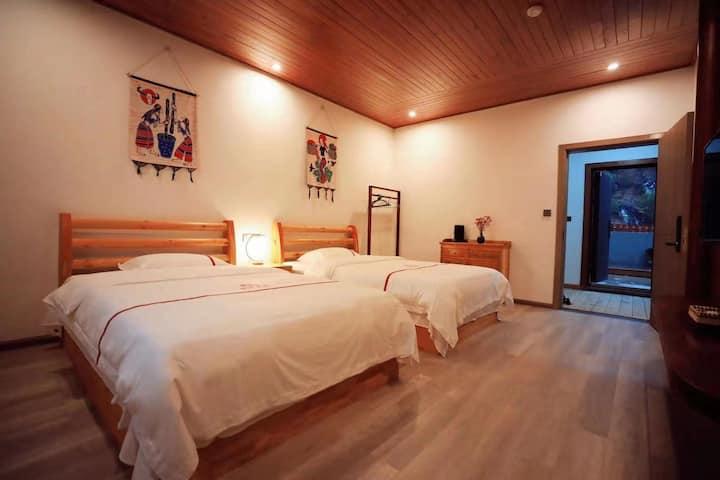 逸致观景双床房.1室2床.可住4人.带电梯.房外带露天观景大阳台