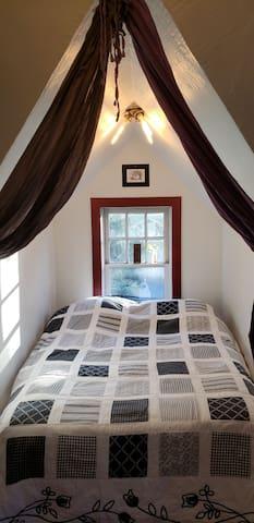 Sleeping nook, full size mattress