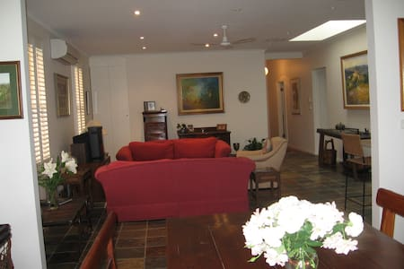 Two delightful cottage bedrooms in CBD