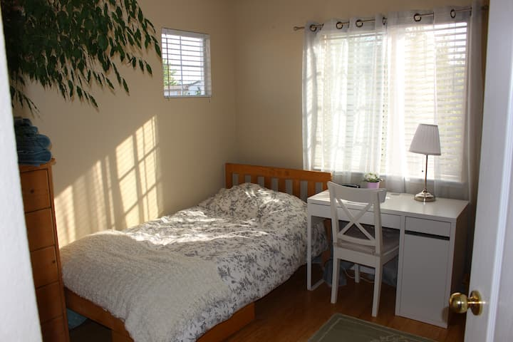 Sunny Room in a Lovely Neighborhood (Females Only)