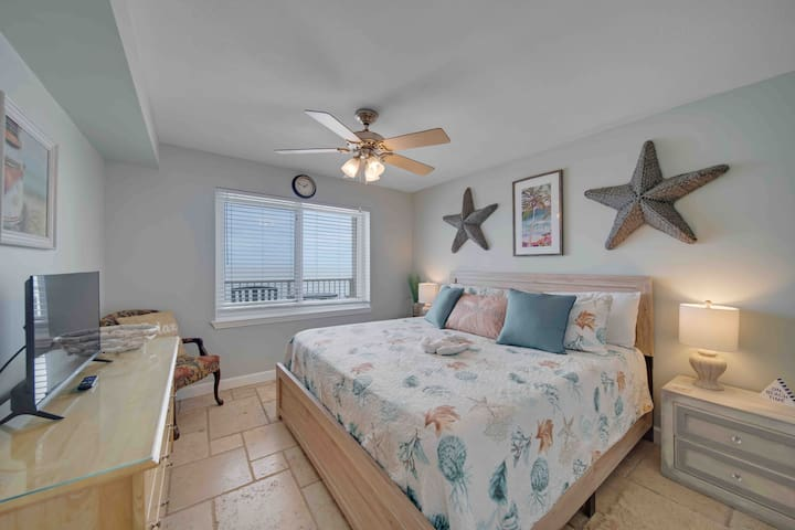 """King bed master gulf front with private bath, closet, and 32"""" tv"""