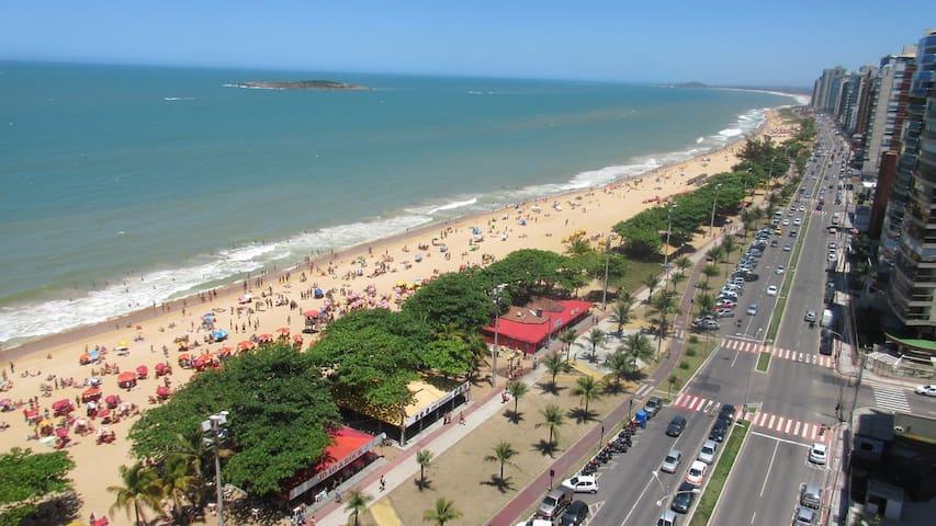 Praia de Itaparica muito bem frequentada durante o ano. Com calçadão para ciclistas e kiosques.