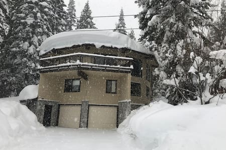 """Mystery House"" 5000sq ft. Homewood. Ski-in"