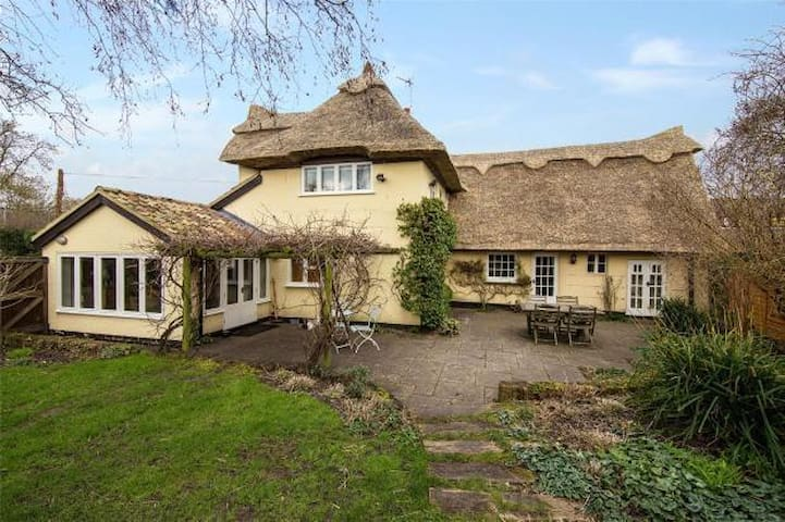 Fairytale Thatched Cottage - Girton
