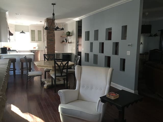 Walkable to Plaza & Westport 2bd/2bath Home