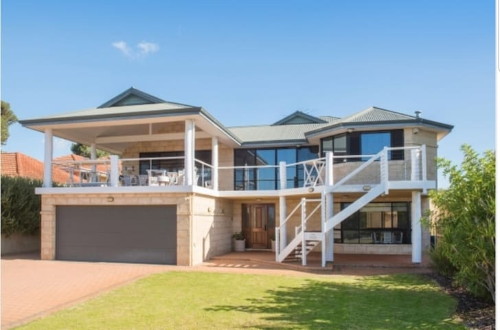 Beachfront/ 7 bedroom / 3 lounges / Walk to town