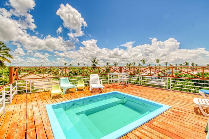 Walk to the beach! Aparthotel w/ shared rooftop plunge pool/hot tub/bar!