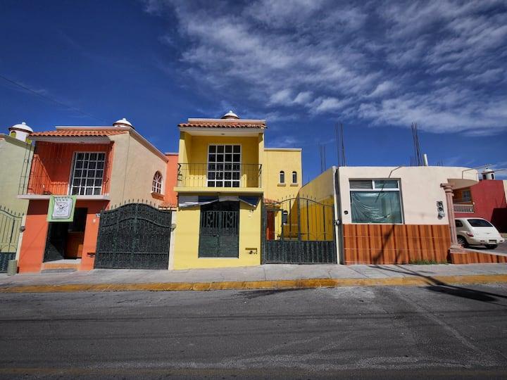 Amplia casa sola San Juan Del Rio frente UAQ