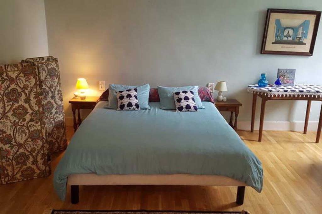 Le grand lit avec les draps fournis