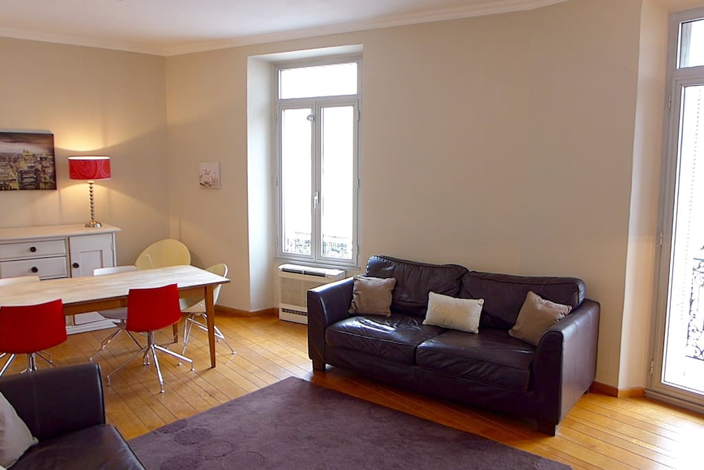 Light and spacious living & dining area with access to terrace and balcony