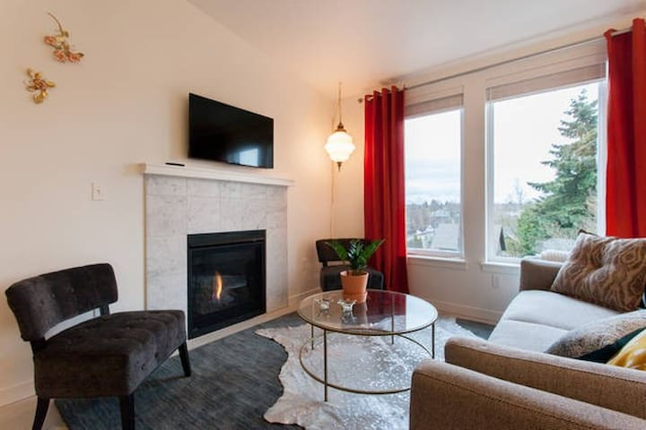 Burnside Penthouse: 2/2 + Parking. Walk Score 95! - Portland