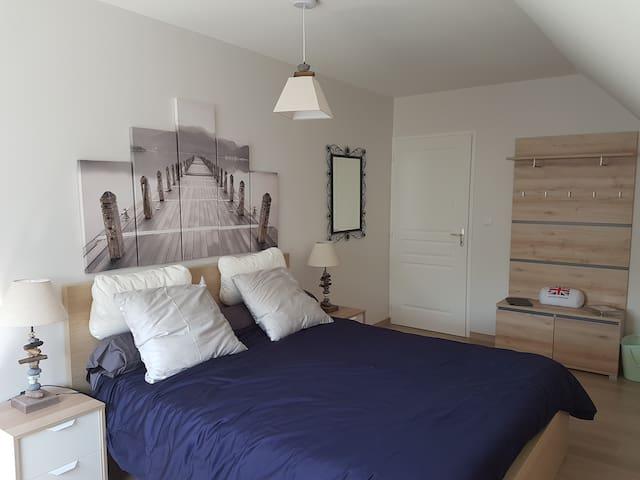 Votre chambre (lit double 160x200 + 2 matelas 1 place au sol disponibles). Your bedroom (double bed 160 x 200 cm + 2 single mattress on the ground available).