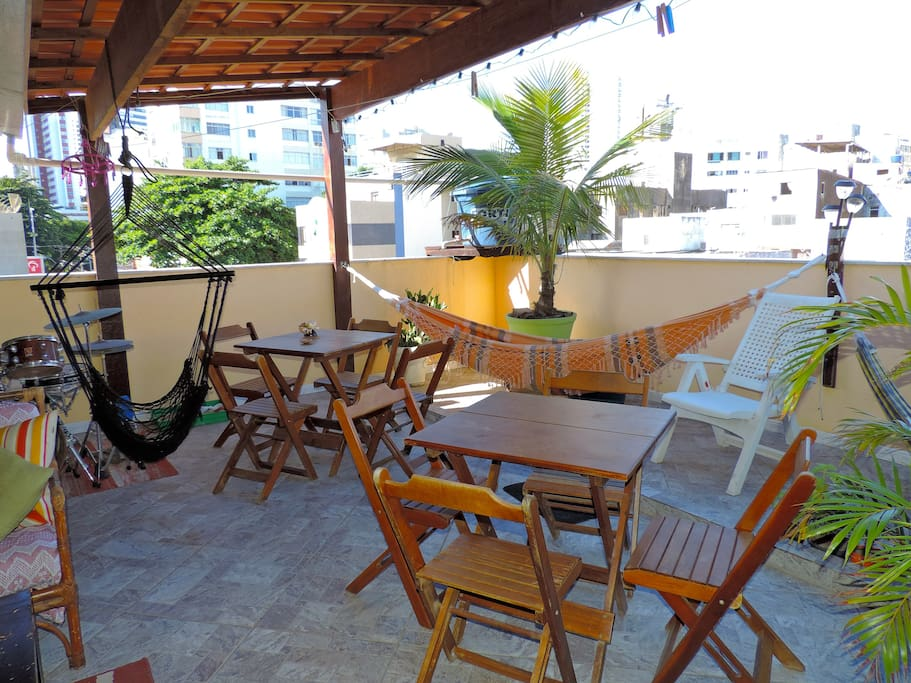 Relax, dine and hangout on our nice terrace with tables and hammocs/Relaxe, jante, descanse e compartilhe experiencias nesse espaço.