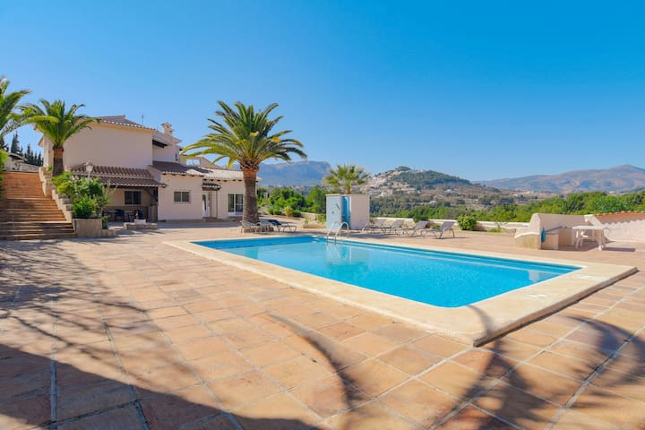 Magnificent 5-person villa in top location with swimming pool and terraces offering mountain views