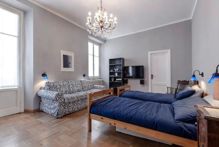 Large en-suite Room in Como