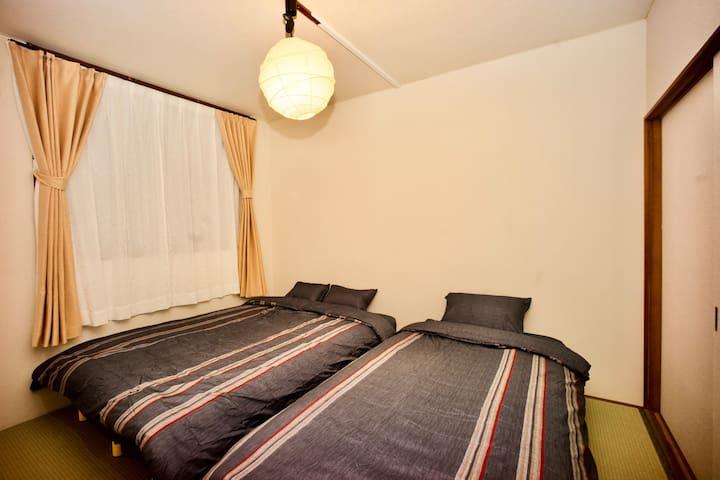 寝室 和室にダブルベッド1、シングルベッド1