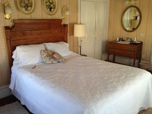 Hilty Inn Bed and Breakfast - June Room