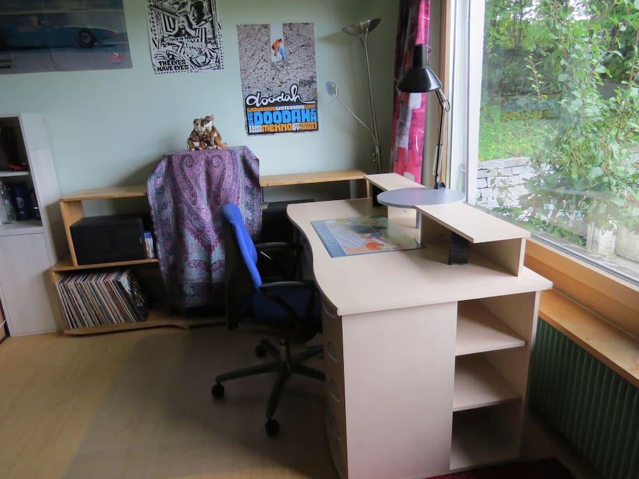 Schreibtisch mit Gartensicht