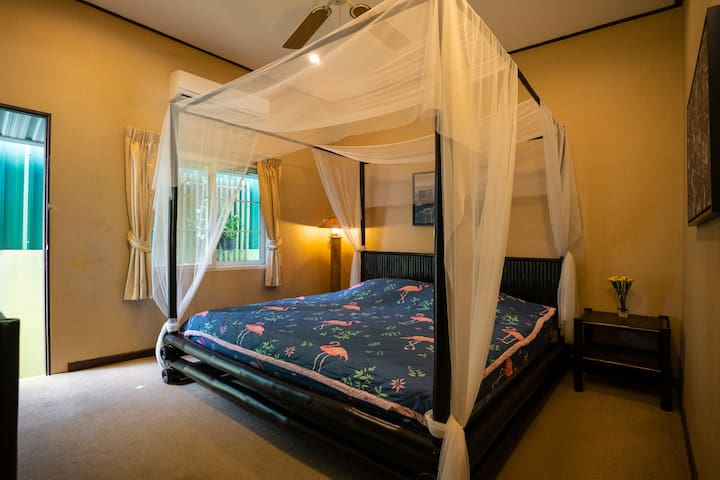 房间2:次卧,2*2的大床,床垫软硬适中,使用客厅卫生间(配施华寇洗发水及白蜗牛沐浴液),地毯每客蒸汽拖把清洁,空调,电视,电扇等。