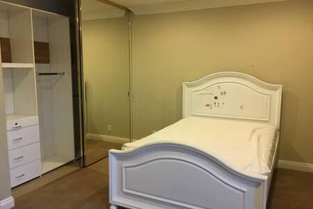 Romantic cabin 别墅内单独房间出租,温馨安静,设施齐全,及时入住 - Anaheim