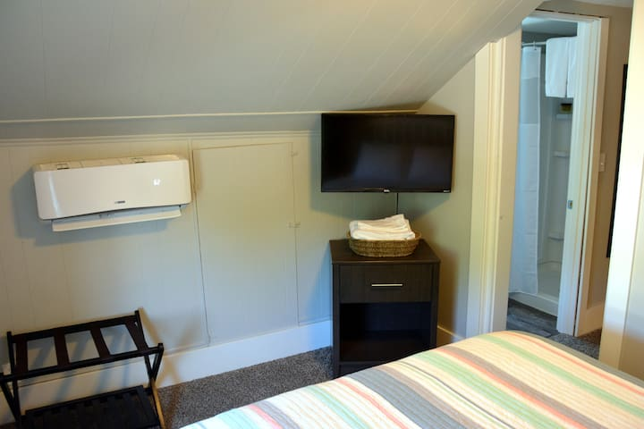The Fore Cabin upstairs in the Flybridge Suite.