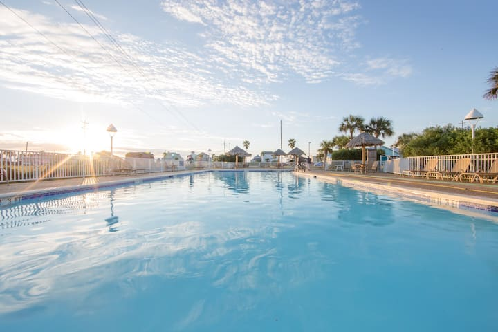 Great for Groups! Walk to the Beach. Pool & Hot Tub. Mini Golf Course.