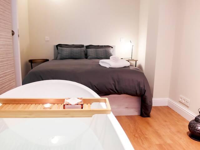 Habitación 2. Habitacion con cama de matrimonio, espectacular bañera doble, armario visto, mesillas de noche, ventana y calefacción central.