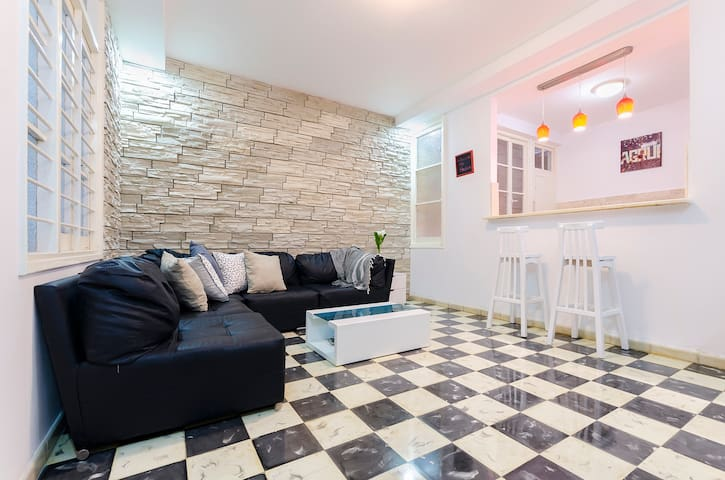 The living room is perfect to talk and share between friends