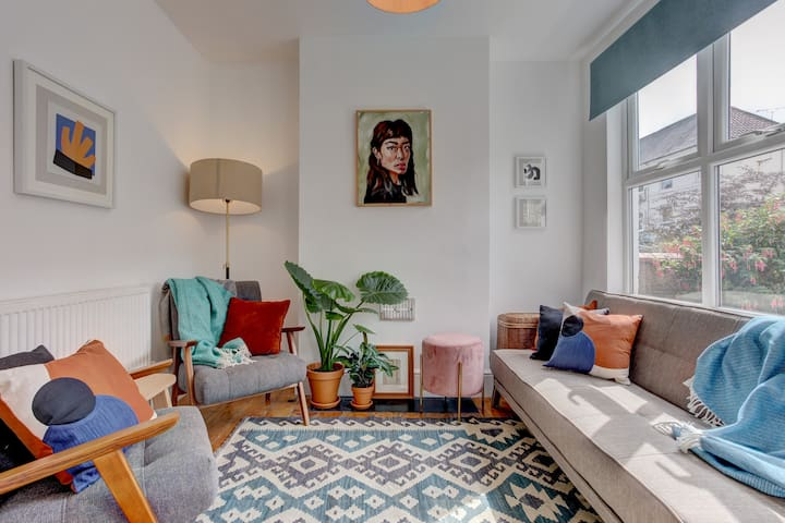 Ideal for contractors, discounted longer stays - Central trendy house with free parking!