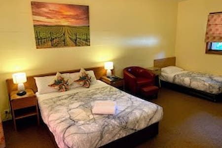 Queen bed and single bed sleeps 3