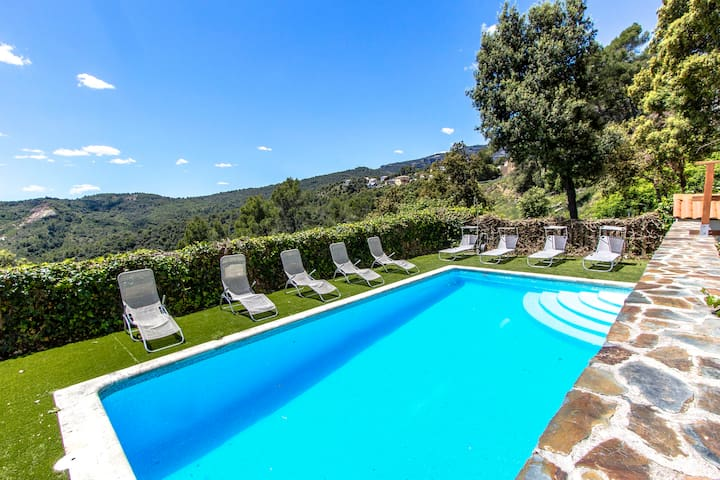 Hillside villa in Sant Feliu with mountain views, 45km from Barcelona!