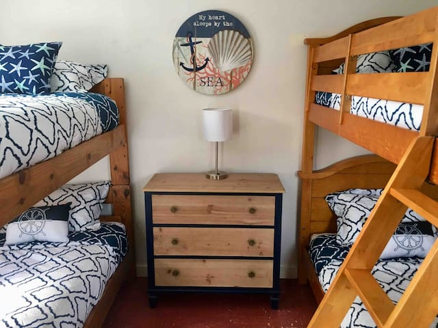 Bungalow with 2 bunk beds