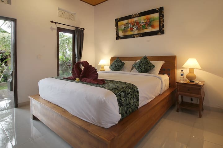 Leafy n cozy room with pound fish n garden view