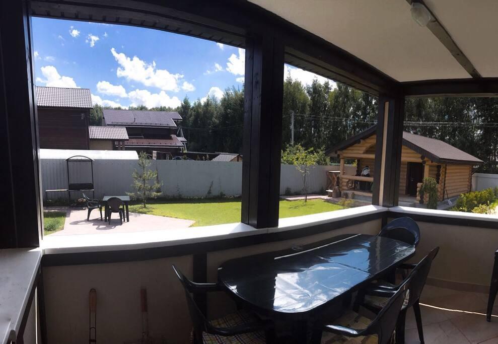 Вид на на площадку с мангалом с веранды дома