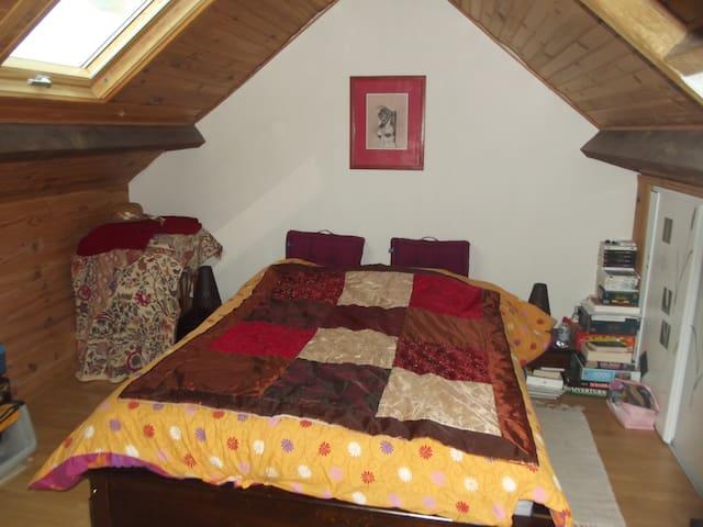 chambre sous les toits - Châteaubourg - House