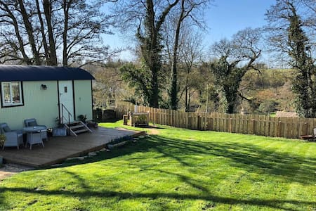 Luxury Cotswolds Shepherds Hut with hot tub