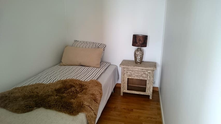 Delicate small bedroom in a new building - Jessheim - Apartamento