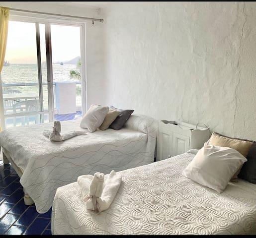 Recámara cama ind y cama matrimonial con vista al mar y playa
