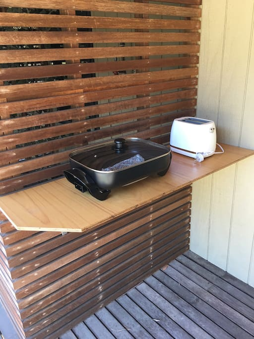 El fresco cooking area outside your room Powered site with wash up bowl.