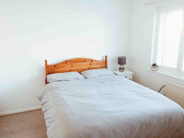 Bright, spacious double room in Woodford