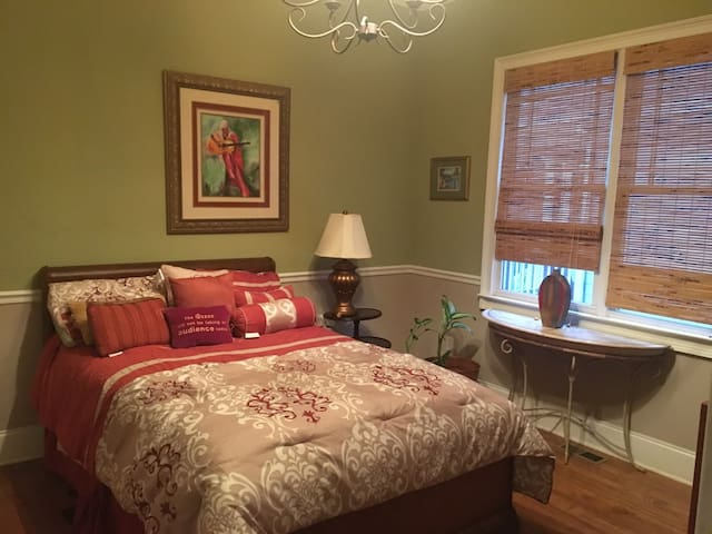 Pretty Private Bedroom in Historic Kirkwood Area