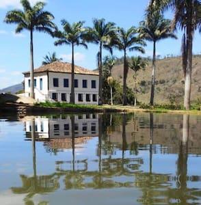 Reviva a história Colonial em meio a natureza