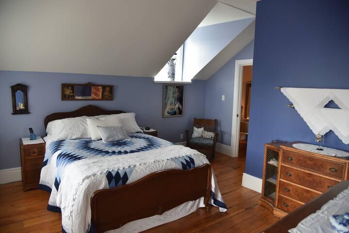 Grande chambre comfortable avec balcon privé