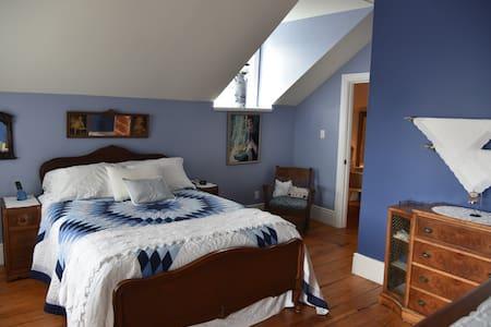 Grande chambre comfortable avec balcon privé - Vankleek Hill
