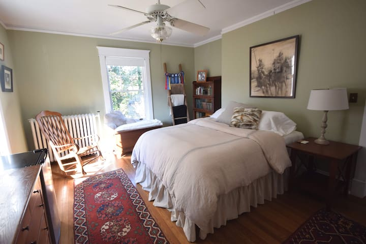 3 Private Rooms in Historic Home on edge of UVA